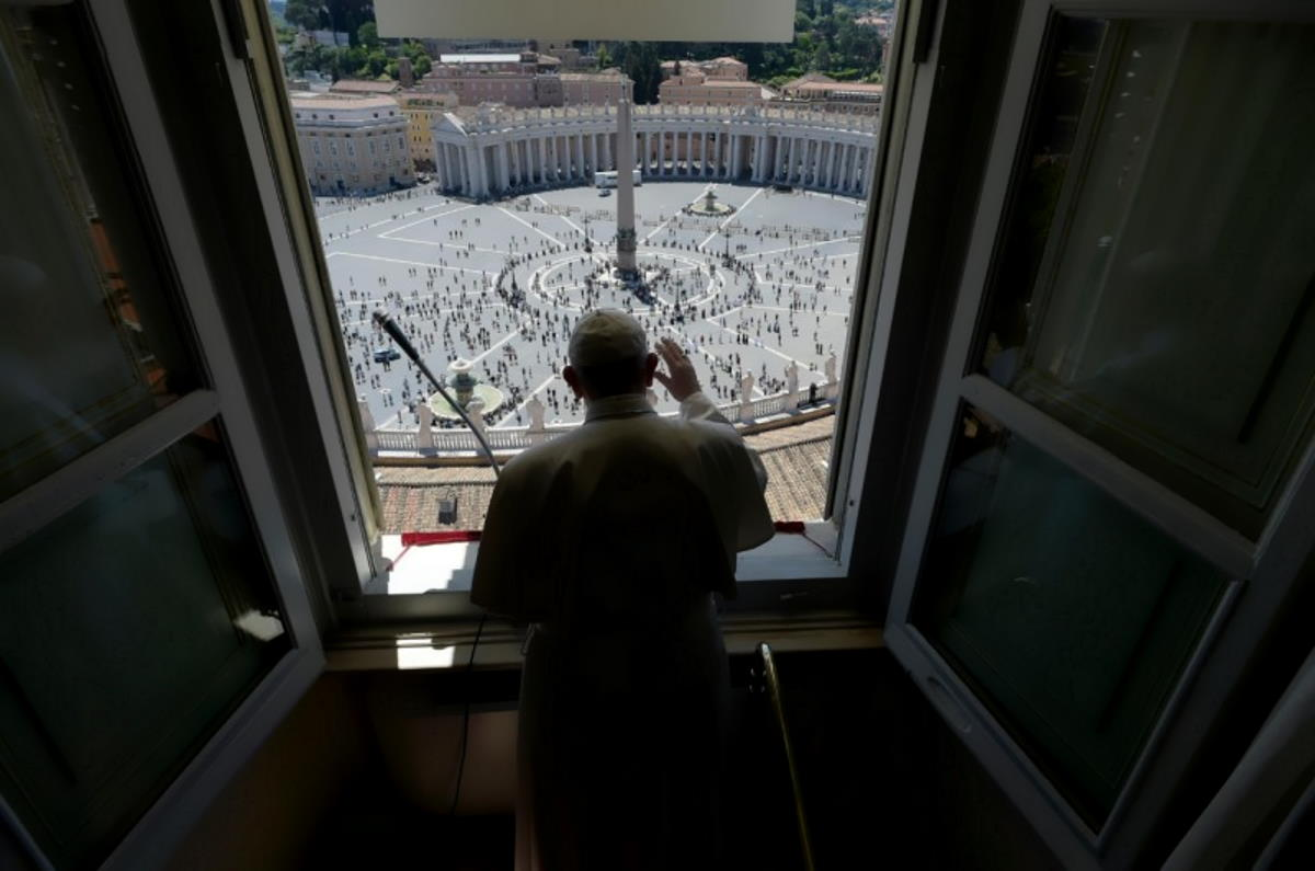Papa Francesco si affaccia in piazza San Pietro dopo 3 mesi