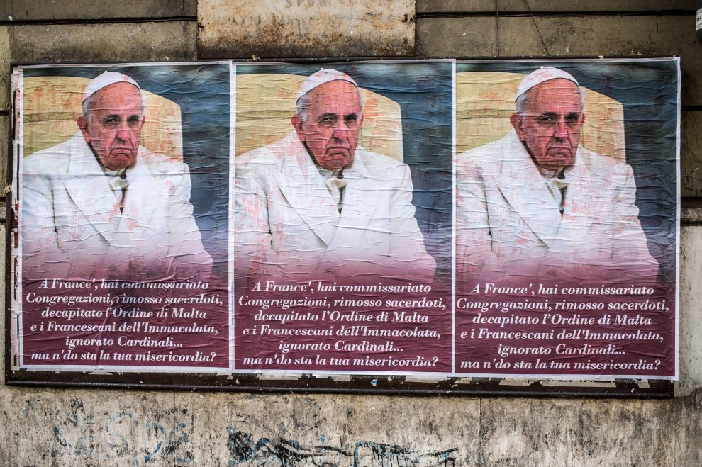Roma, manifesti contro Francesco I