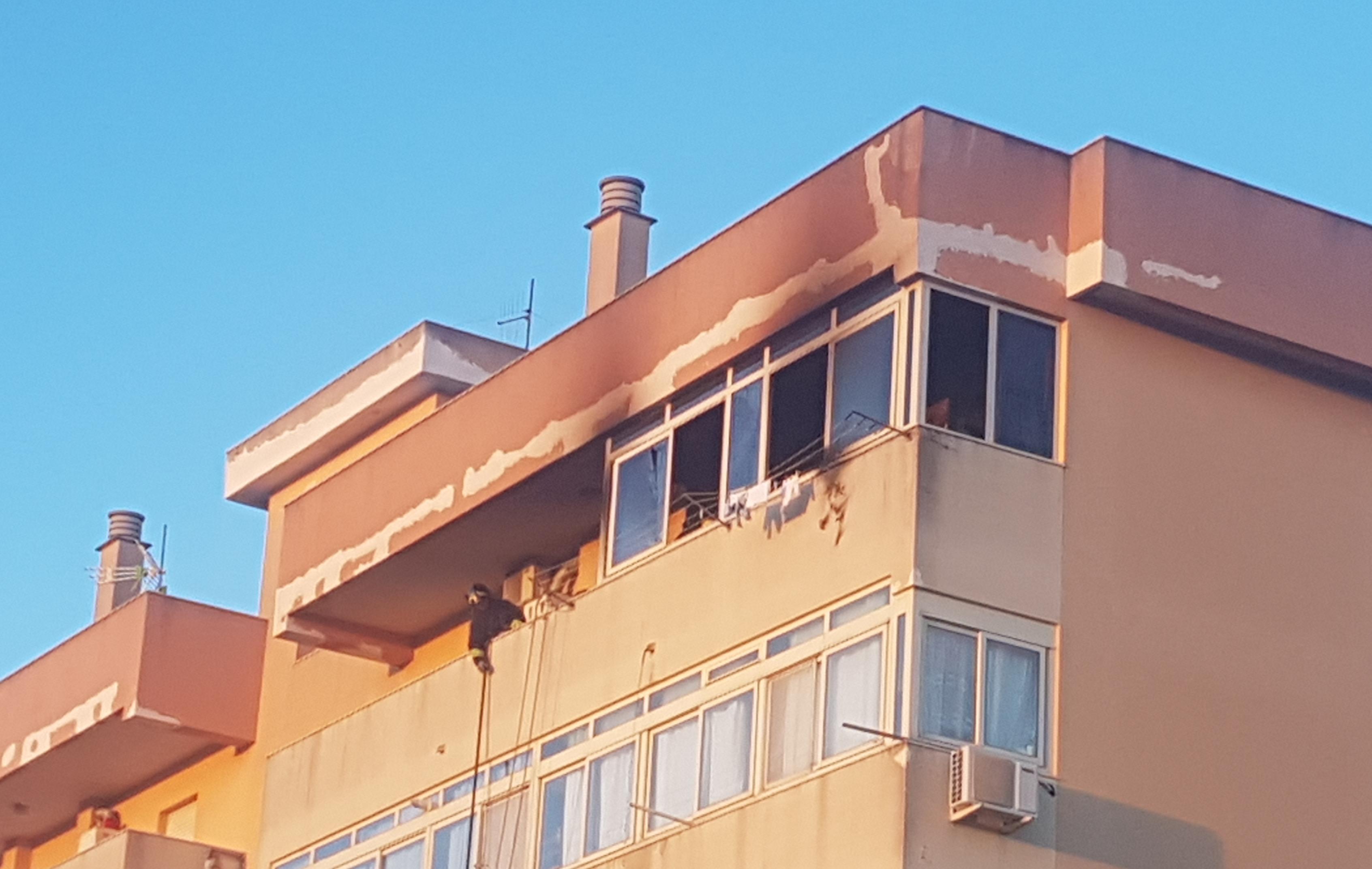 Fiamme da un appartamento. Paura in Via Ferrigno