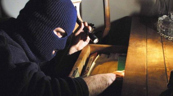 Catania, medico arruola ladri per svaligiare casa della ex moglie