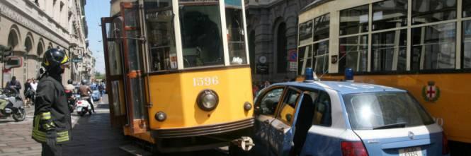 Auto della polizia incastrata fra due tram in piazza della Scala