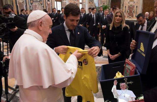 Calcio. Papa Francesco illumina il Sottomarino Villareal prima della gara contro la Roma