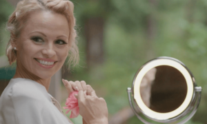Pamela Anderson shock, completamente nuda in The People Garden [FOTO]