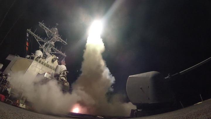 Gli USA distruggono la base aerea in Siria da cui sarebbe partito l'attacco chimico su Khan Sheikhoun