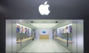 Lui non le vuole comprare l'Iphone, le si spoglia nel negozio [VIDEO]