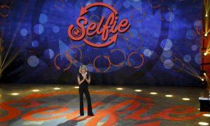 Selfie: nella prima puntata frecciatine tra Belen Rodriguez e Stefano De Martino [ANTICIPAZIONI]