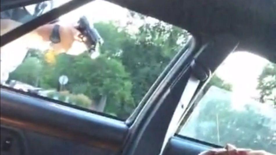 Polizia spara ed uccide un uomo ad un posto di blocco. La fidanzata riprende e trasmette il video su Facebook [VIDEO]