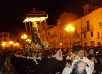 Pietraperzia. Il silenzio e la devozione alla processione dell'Addolorata
