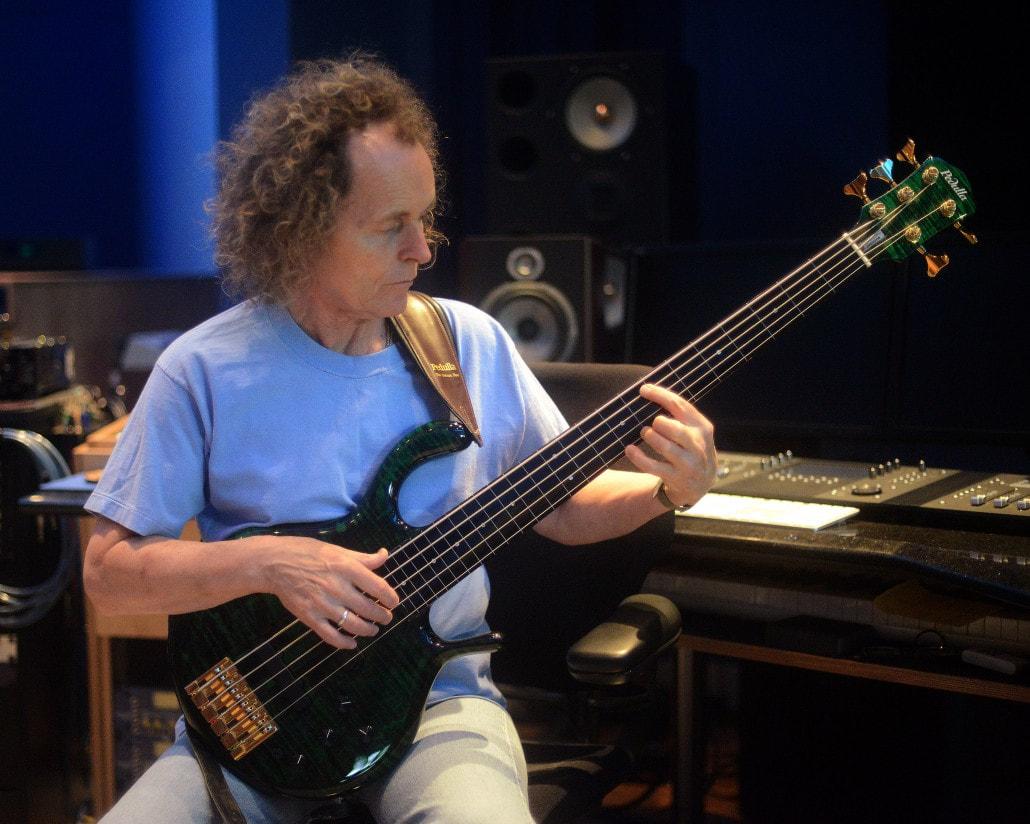 Un basso visionario dal suono intimo e assoluto: intervista a Mark Egan