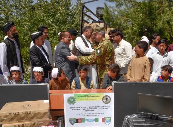 Afghanistan, militari italiani donano attrezzature alle scuole dei villaggi di Syawashan e Sariegal