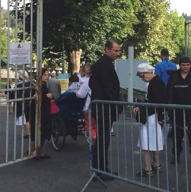 """Anche il Vescovo di Lourdes come """"volontario"""""""