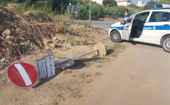 Palo divelto in Via del Cantone, interviene Polizia Municipale