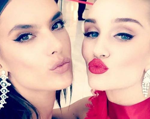Alessandra Ambrosio e Rosie Huntington Whiteley, selfie al bacio