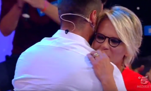 Uomini e donne, Trono gay: Maria De Filippi balla con Claudio Sona [VIDEO]