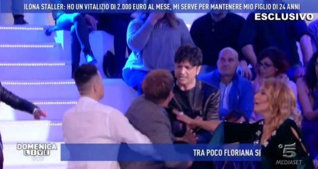 """VIDEO: Rissa tra Filippo Facci e l'avvocato di Cicciolina. Barbara D'Urso: """"Tutto questo è..."""