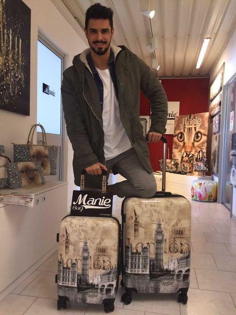 Il naufrago Cristian Gallella parte per l'Isola con i trolley Manie Bag