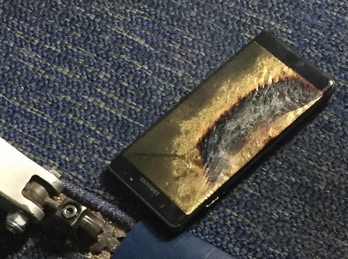 Ancora problemi per Samsung: un Galaxy Note 7 sostitutivo prende fuoco in aereo