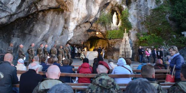 #Lourdes – En silence au pied de la Vierge