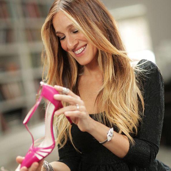 Sarah Jessica Parker commessa per un giorno per promuovere la sua linea di scarpe
