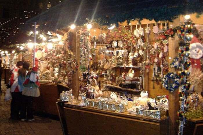 A Milano, per il Natale, Amazon allestisce il suo mercatino esponendo dal vero i prodotti acquistabili poi on-line