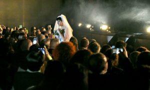 Arisa indossa un vestito da sposa: perché?