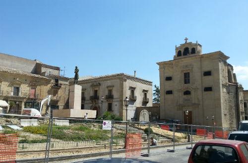 Enna: petizione per delocalizzare la statua di Mazzini di qualche metro per dare maggiore lustro...