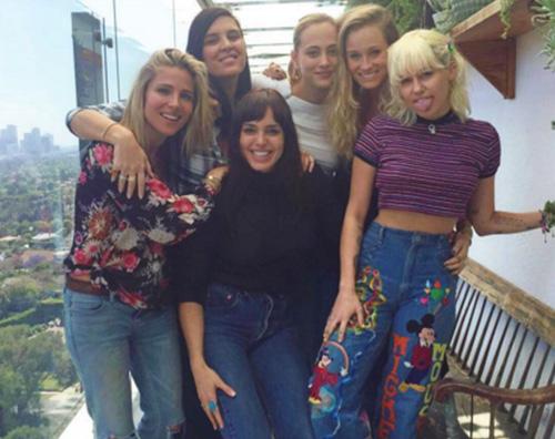 "Miley Cyrus ed Elsa Pataky ""vere amiche"" su Instagram"