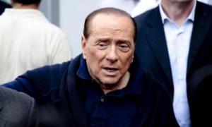 Paura per Berlusconi: cade e sbatte forte la testa. Ecco cos'è accaduto