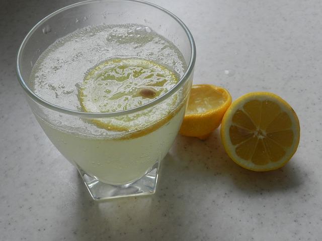 Acqua e limone appena svegli – un'esperienza personale e riflessioni sui benefici