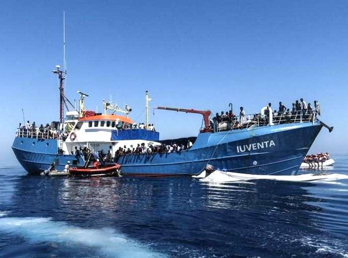 La nave della ONG Jugend Rettet costretta dalla Guardia Costiera ad attraccare al porto di Lampedusa