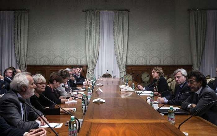Il Renzi dei miracoli fa apparire dal nulla 5 miliardi di euro per rinnovare il contratto agli statali